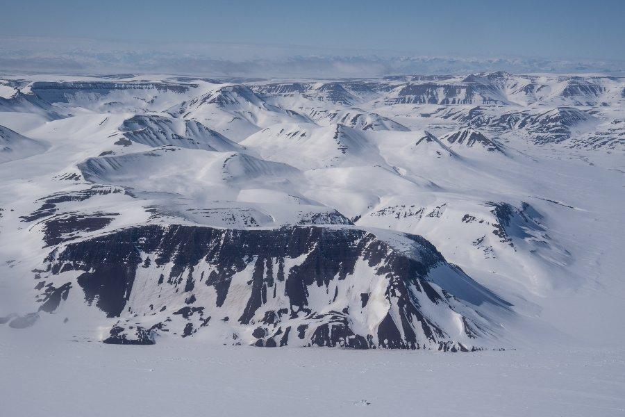 paysage montagneux et glacé, vu du ciel
