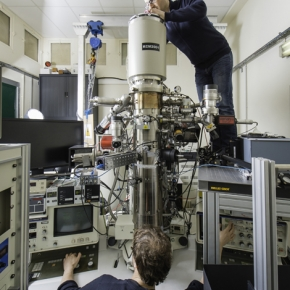 CEMES researchers handling the prototype of the ultrafast coherent ultrafast TEM microscope.